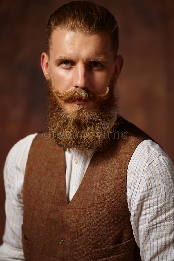 Nära stående av mannen med skägget och mustaschen royaltyfria foton
