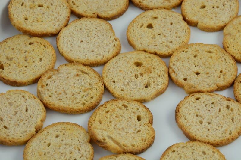 Nära upofMelba rostat bröd i maträtt på bordduk royaltyfria foton