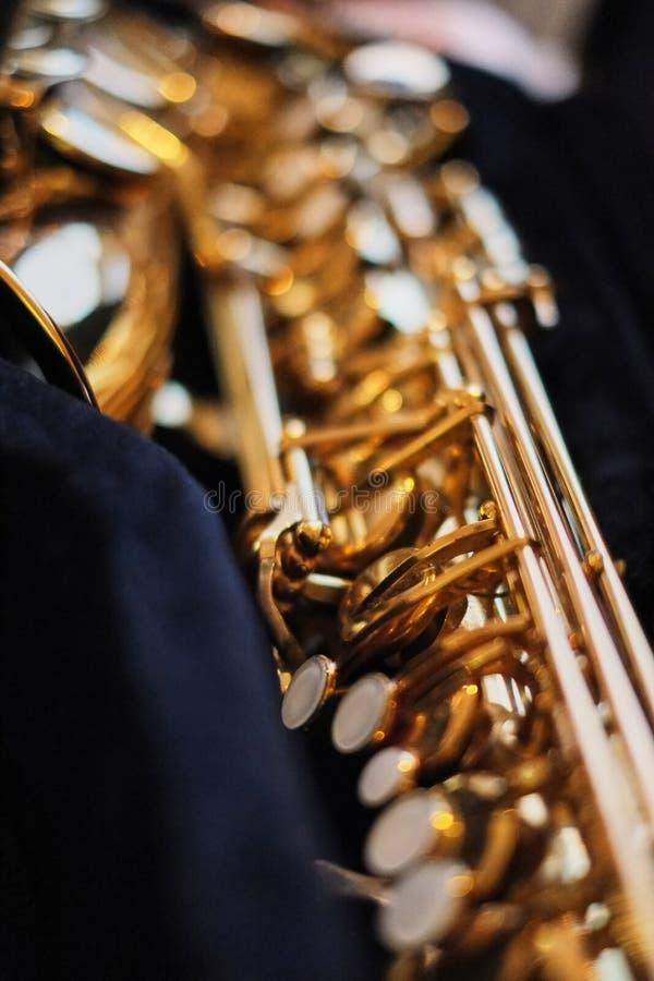 nära upp av en selektiv fokus för saxofon, arkivbild
