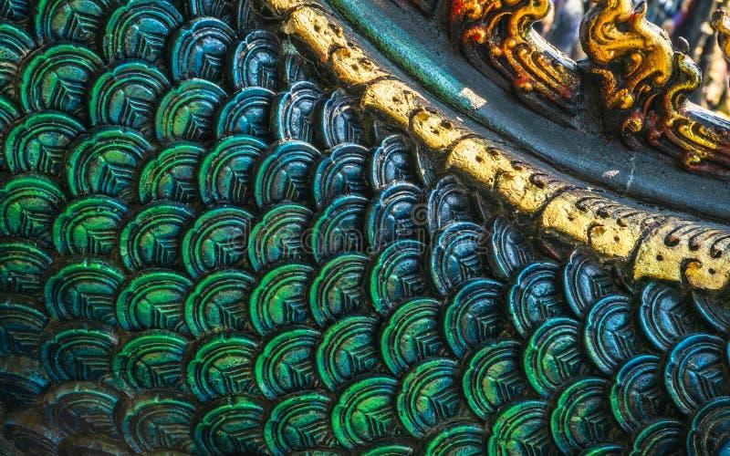 Nära upp detaljerat skott av den thailändska modellen konungen av naga- eller ormstatyn på på Wat Rong Sua Ten eller den blåa tem royaltyfri fotografi