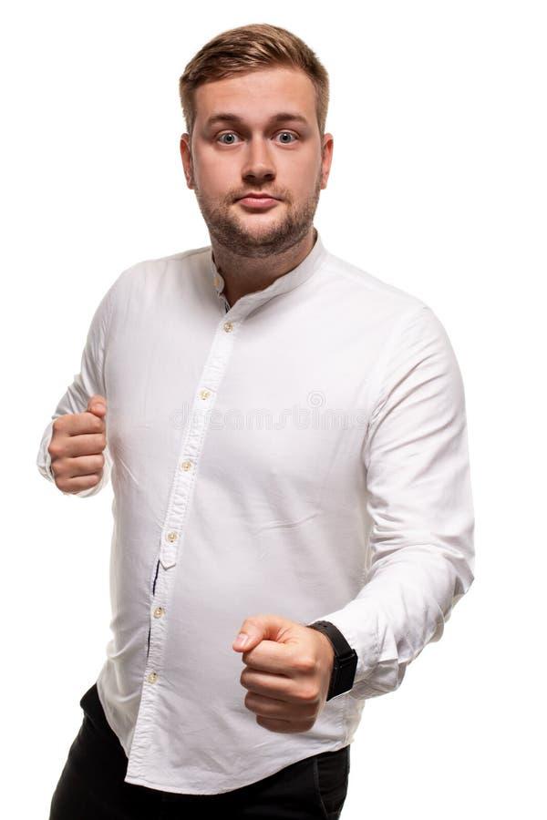 Nära upp horisontalstående av en stilig man med ett skägg, stilfull frisyr som bär en vit skjorta som isoleras på en vit arkivfoton