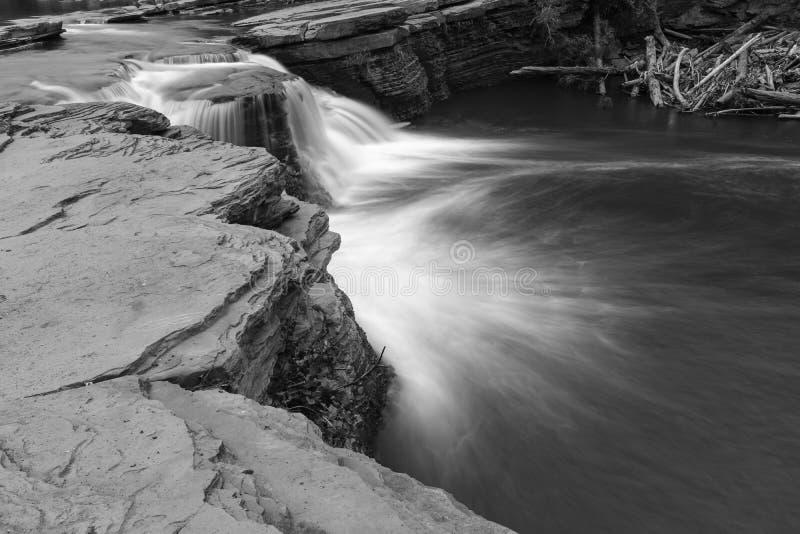 Nära upp svartvit bild av en kraftig vattenfall i torktumlaren Ridge, British Columbia, Kanada, lång exponering som skapar suddig royaltyfria foton