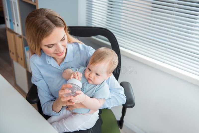 Närande lugna unge för lycklig moder royaltyfria foton