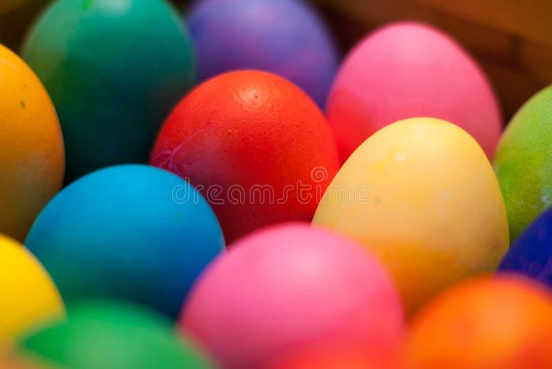 Närbild av åtskilliga easter ägg med mitt en i fokus fotografering för bildbyråer