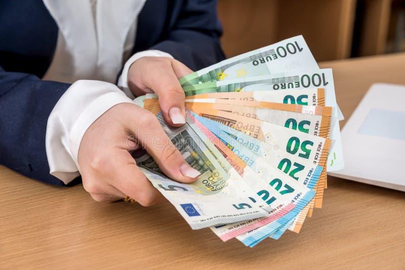 Närbild av affärsdamen som drar av euro arkivfoton