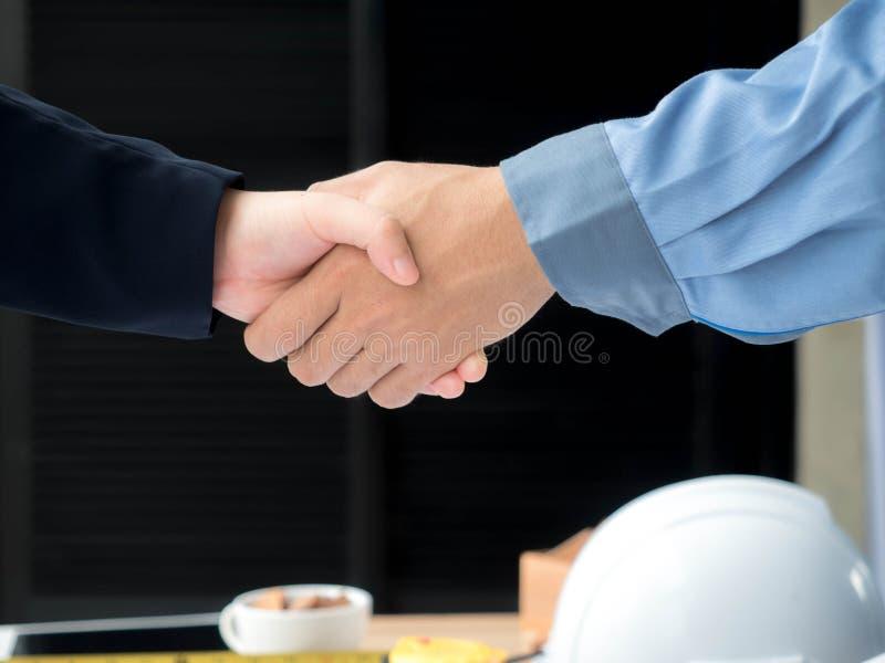 Närbild av affärsteknikern som hyvlar på projektet för konstruktionsplats, dokument, arbetarhjälpmedel arkivbilder