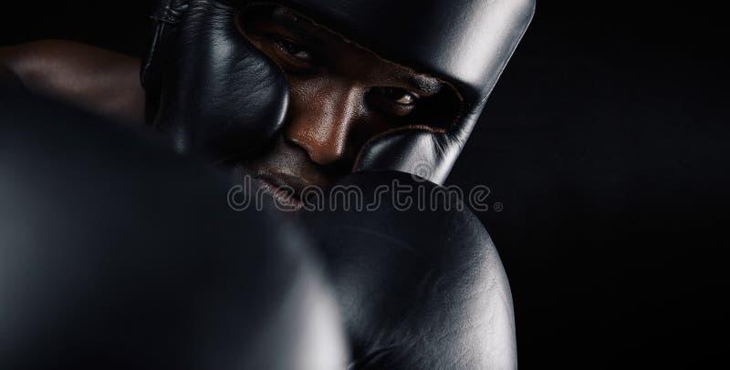 Närbild av afrikanskt manligt öva för boxare arkivfoton