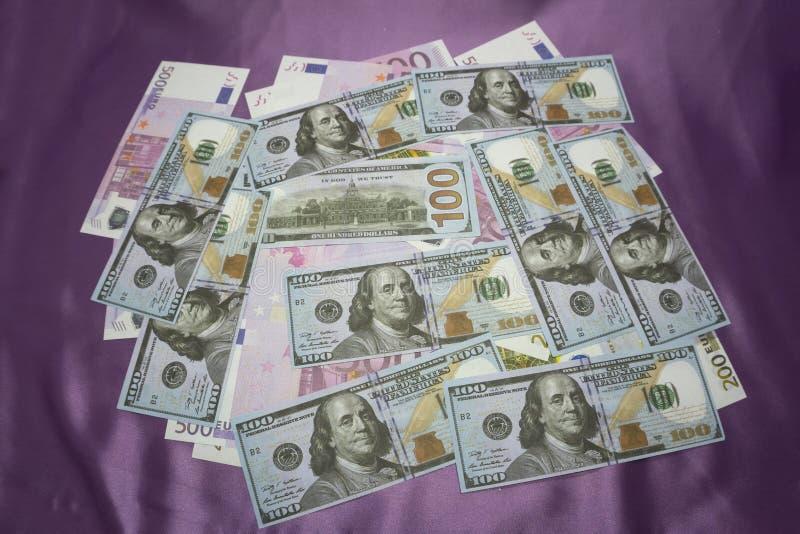 Närbild av amerikanska US dollar och euro arkivbild