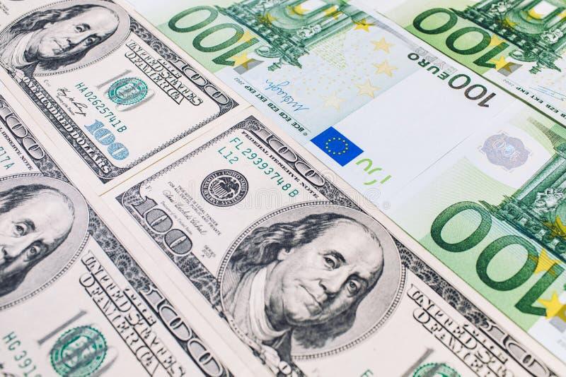 Närbild av amerikanska US dollar och euro arkivfoton