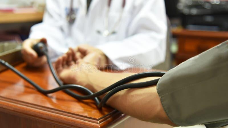 Närbild av att mäta blodtryck av doktorn arkivbild