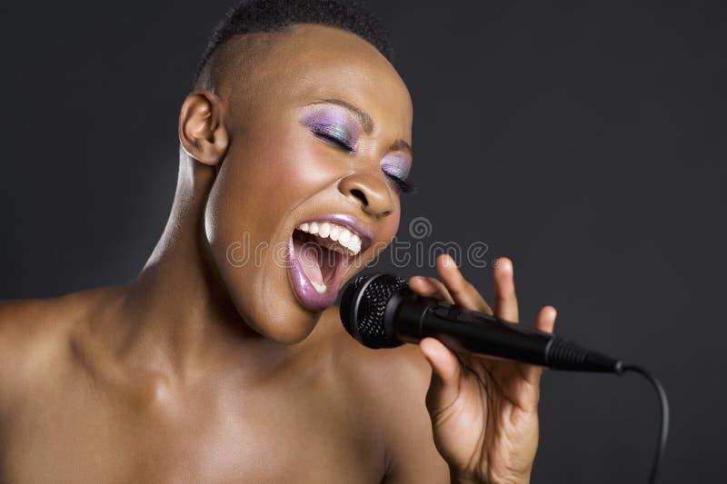 Närbild av att sjunga för afrikansk amerikankvinna royaltyfria foton