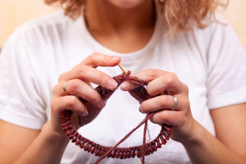 Närbild av att sticka för kvinnahänder arkivbilder