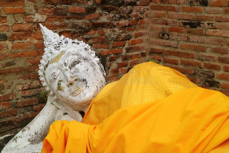 Närbild av att vila Buddhabild på Wat Yai Chai Mongkhon Temple i Ayutthaya, Thailand arkivfoto