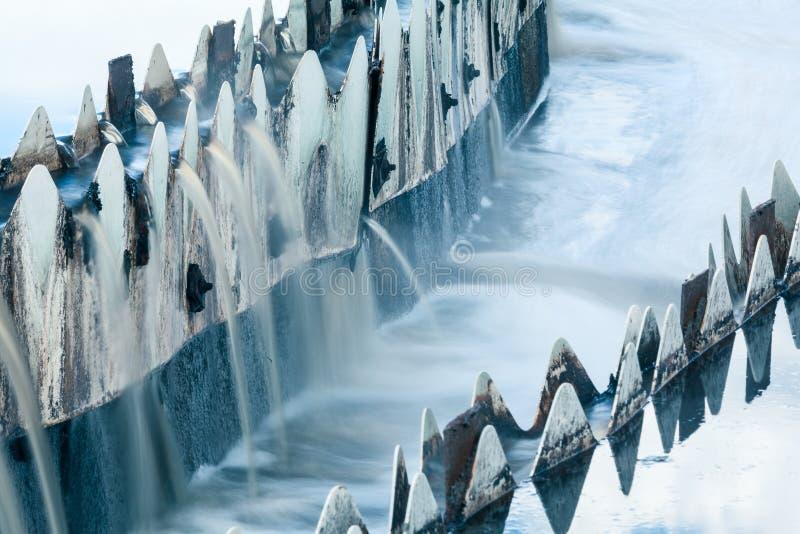 Närbild av avkloppet som flödar över från runda nybyggare royaltyfri fotografi