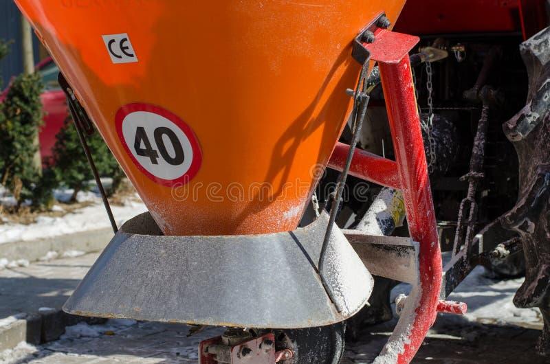 Närbild av behållaren för salt spill Stående snöcleani arkivbilder