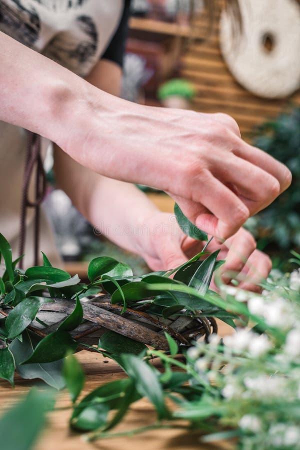 Närbild av blomsterhandlaren som ordnar den härliga kransen arkivfoton
