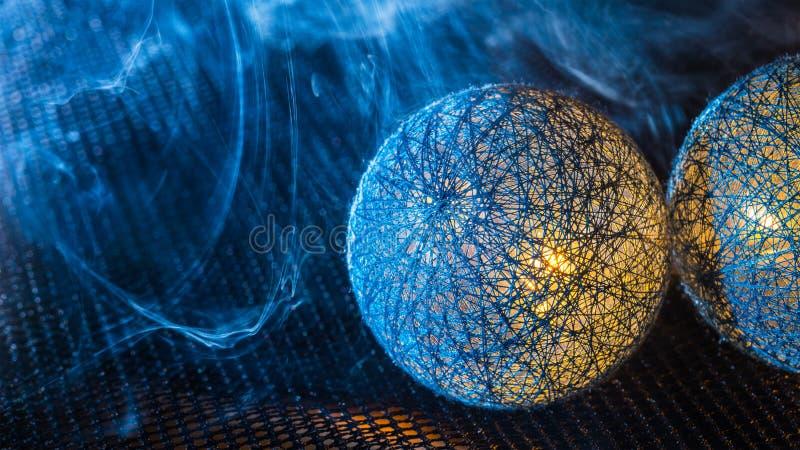 Närbild av bollar från svarta fibrer på ett netto med tät rök royaltyfri foto