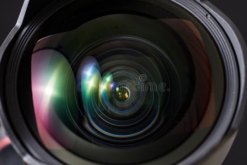 Närbild av den breda vinkellinsen i en dsl-kamera- och gimbalstabilisator, med en svart bakgrund royaltyfri foto