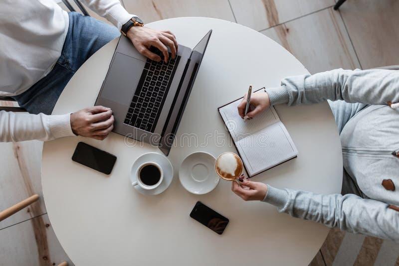 Närbild av den funktionsdugliga processen på ett affärsmöte av två chefer Bästa sikt på ett skrivbord med en bärbar dator med en  royaltyfri bild