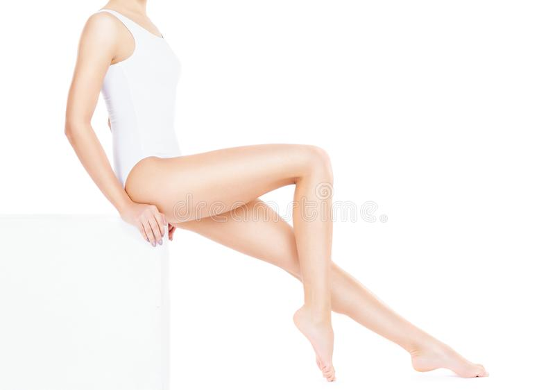 Närbild av den härliga, färdiga och sportiga flickan i underkläderna som isoleras på vit Hälsa sport, kondition, depilation, cell arkivfoto