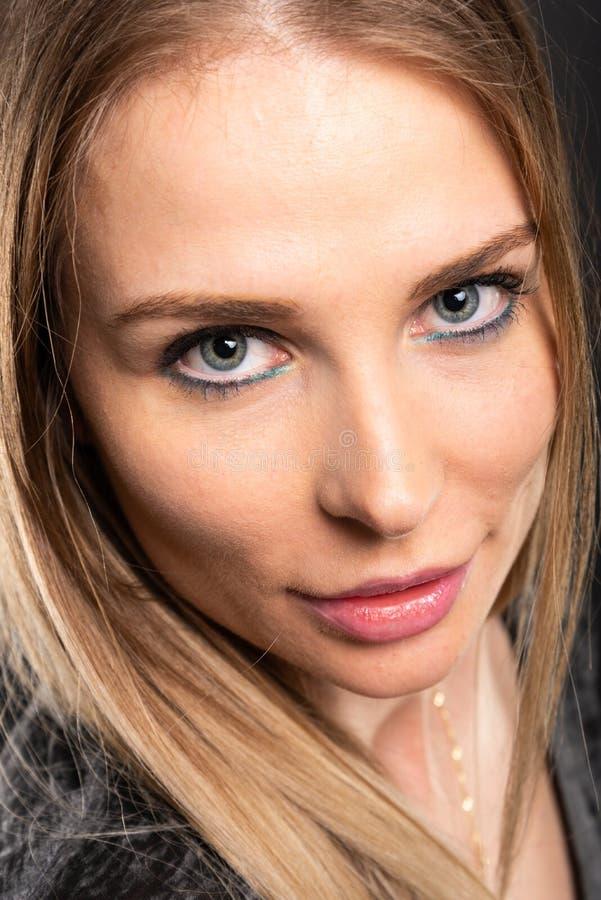 Närbild av den härliga kvinnliga modellen som poserar med färgrikt smink arkivbilder