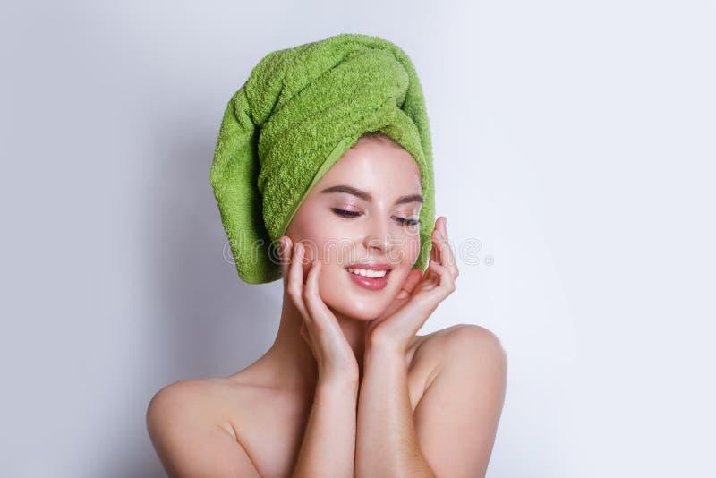 Närbild av den härliga unga kvinnan med den gröna badlakanet arkivbilder
