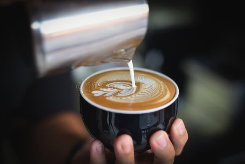 Närbild Av Den Hållande Kaffekoppen För Kvinna På Kafét Gratis Allmän Egendom Cc0 Bild