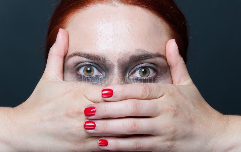 Närbild av den kvinnliga modellen som ser förvånad arkivfoto