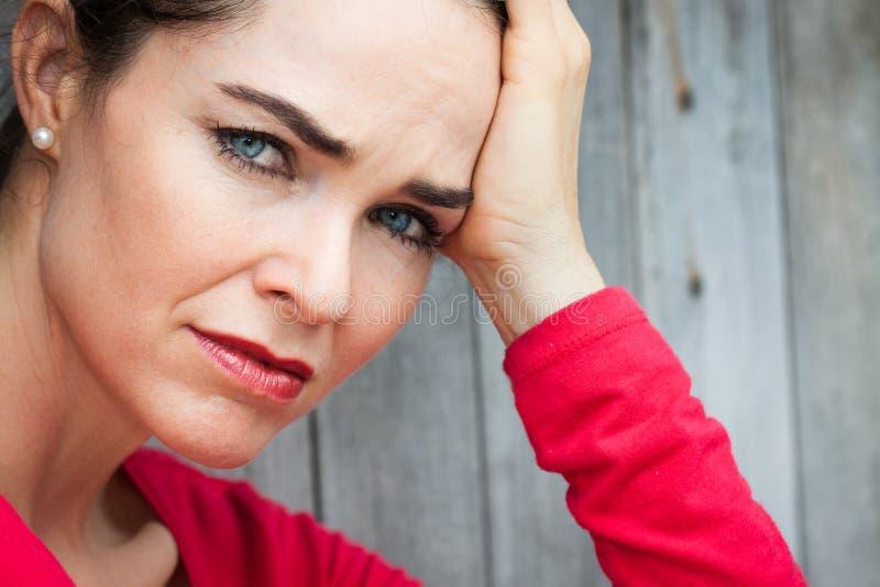 Närbild av den ledsna och deprimerade kvinnan royaltyfri foto