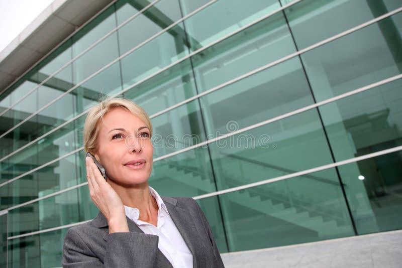 Närbild av den medelåldersa kvinnan på telefonen royaltyfri bild