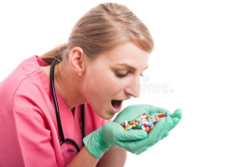Närbild av den medicinska sjuksköterskan som tar massor av preventivpillerar royaltyfri bild