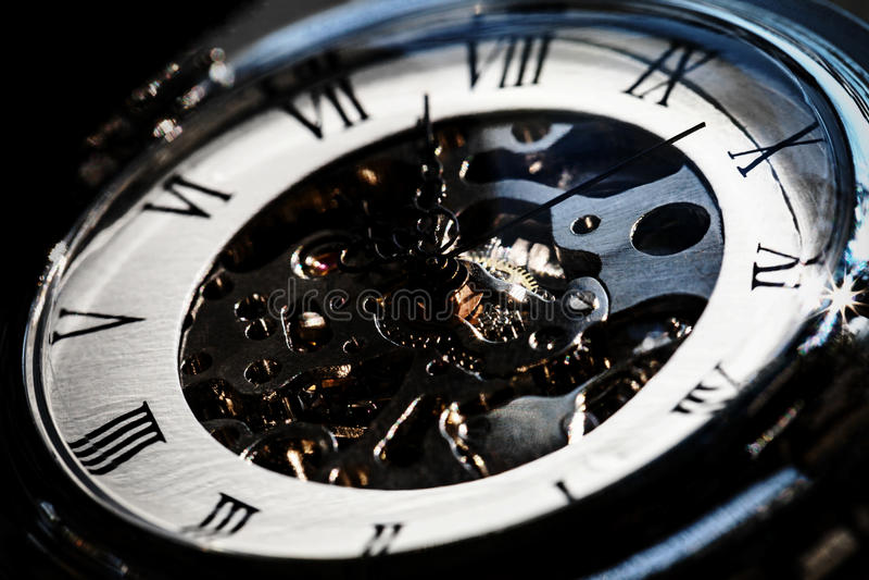 Närbild av den mekaniska klockan för lyxig tappning med synlig mechani royaltyfria foton