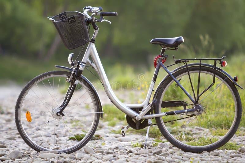 Närbild av den nya moderna vita cykeln med svarthjul och baske arkivfoton