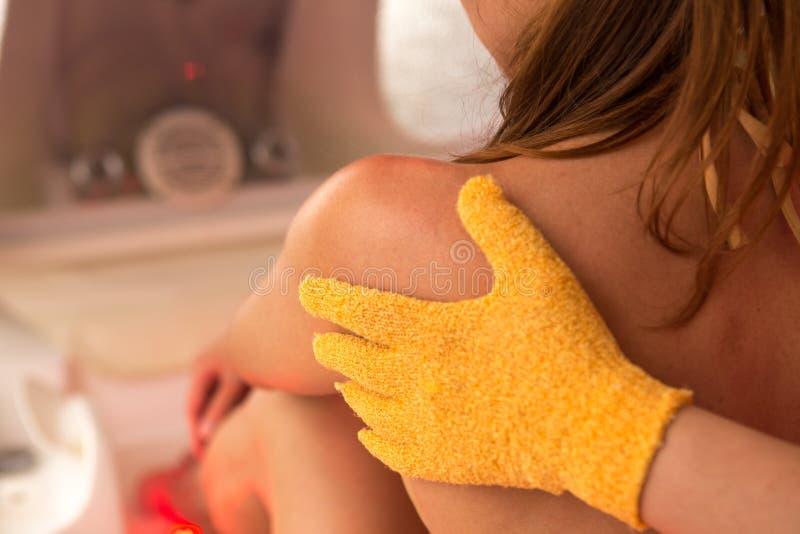 Närbild av den Person Giving Massage To Mature kvinnan royaltyfria bilder