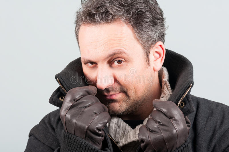 Närbild av den stiliga mannen i svarta omslags- och läderhandskar fotografering för bildbyråer
