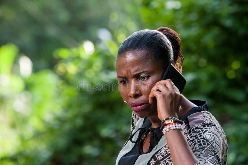 Närbild av den unga kvinnan med mobiltelefonen royaltyfria foton