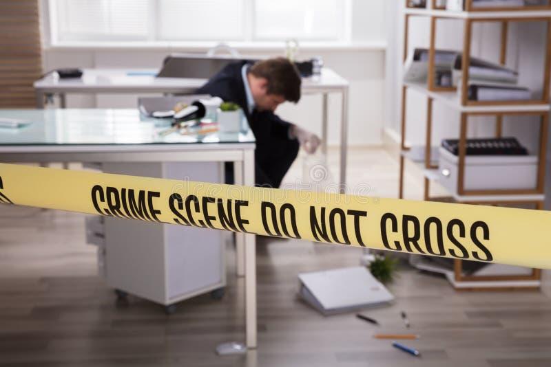 Närbild av det gula brottsplatsbandet arkivfoto