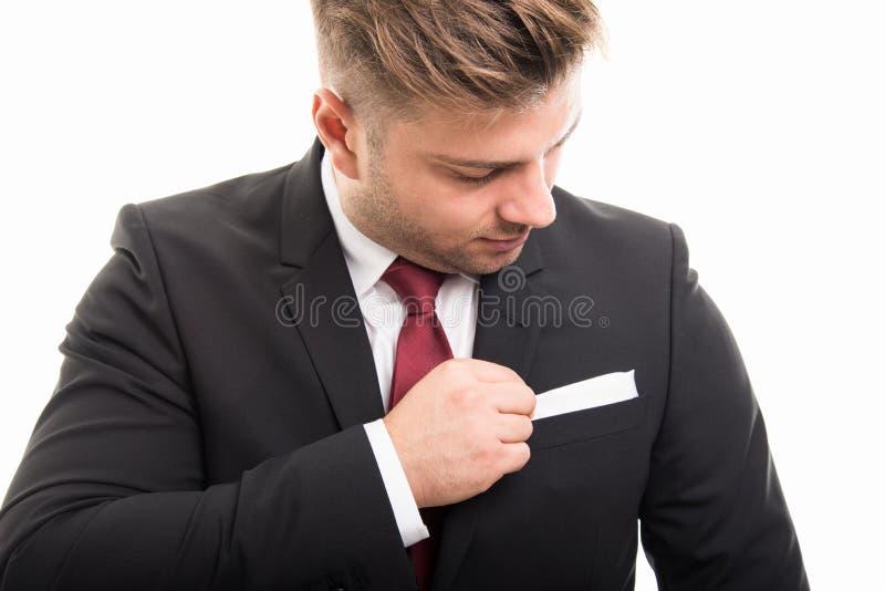 Närbild av det stiliga anseendet för affärsman som ordnar hans omslag arkivfoto
