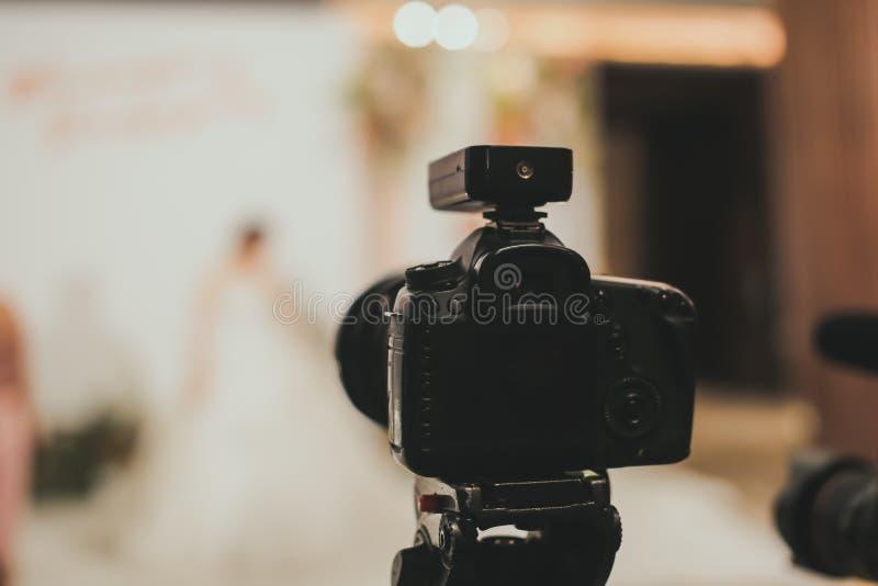 Närbild av digitakkameran för professionell som DSLR fästas med tripoden i bröllopceremoni royaltyfria bilder
