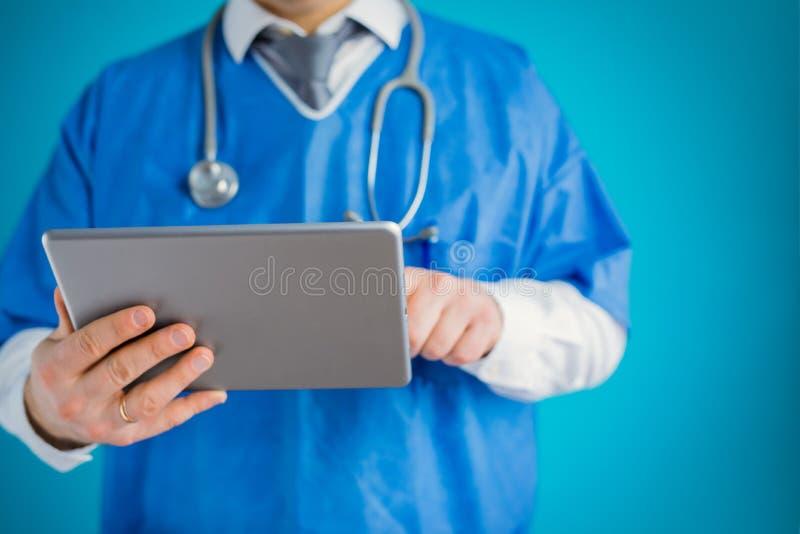 N?rbild av doktorn med minnestavladatoren arkivbilder