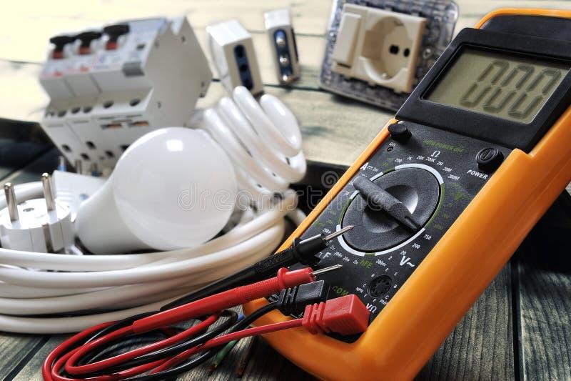 Närbild av elektriska delar och utrustning på åldrig träbakgrund arkivbilder