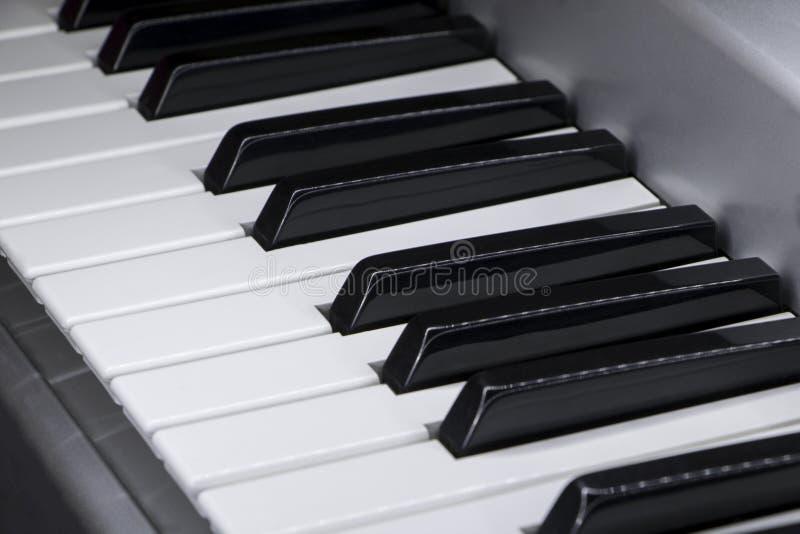 Närbild av elektriska pianotangenter royaltyfri foto