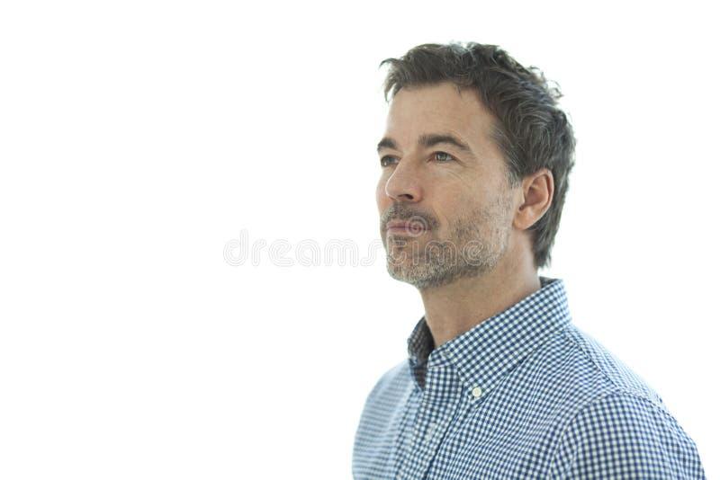 Närbild av en allvarlig stilig man som isoleras på vit royaltyfria foton