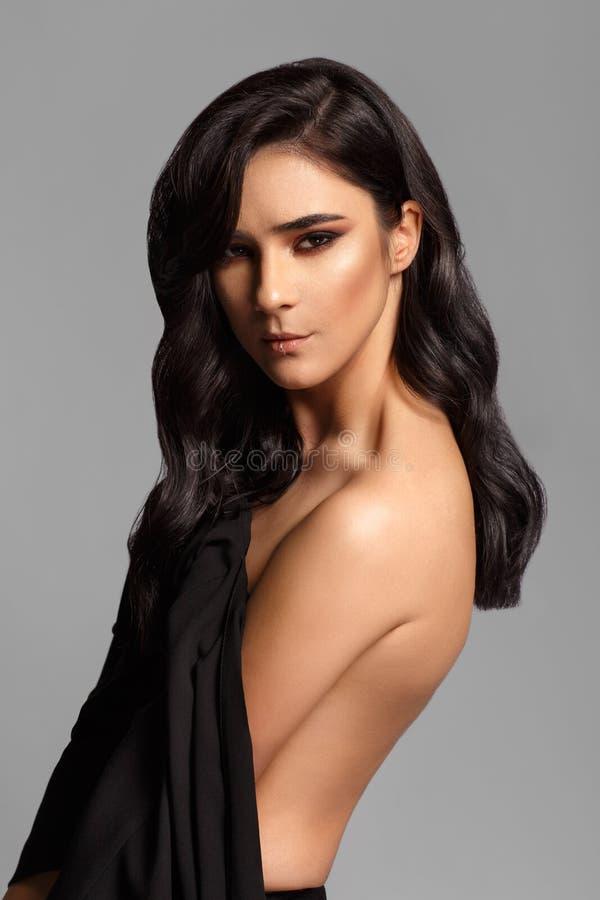 Närbild av en attraktiv trendig kvinna i studio med grå bakgrund royaltyfria bilder