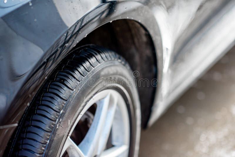 Närbild av en bil efter tvagningen arkivfoto
