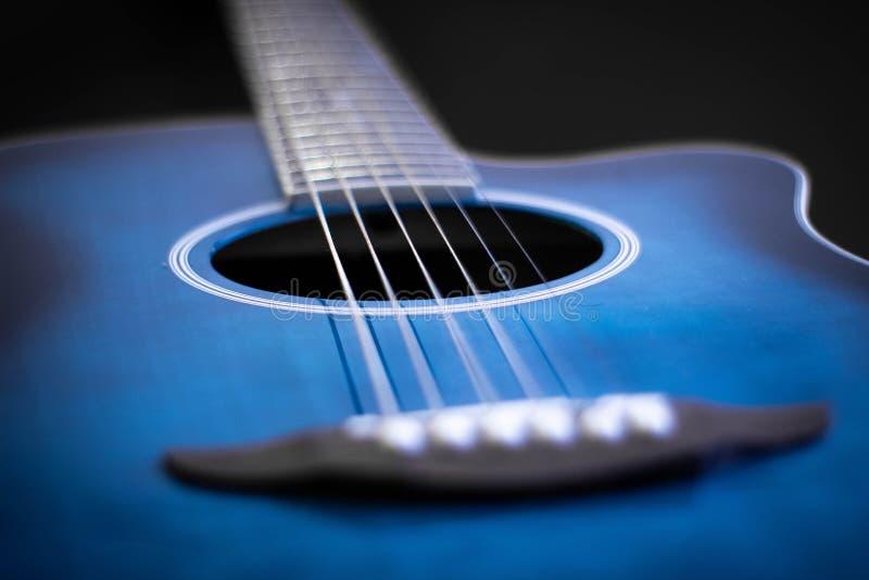 Närbild av en blå gitarr arkivfoton