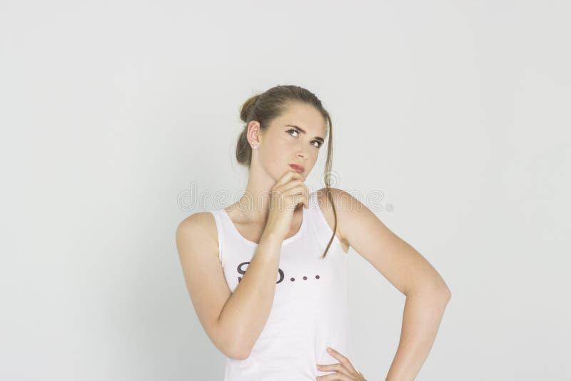 Närbild av en drömma sexig brunhårig kvinna som åt sidan ser med intresse royaltyfria bilder