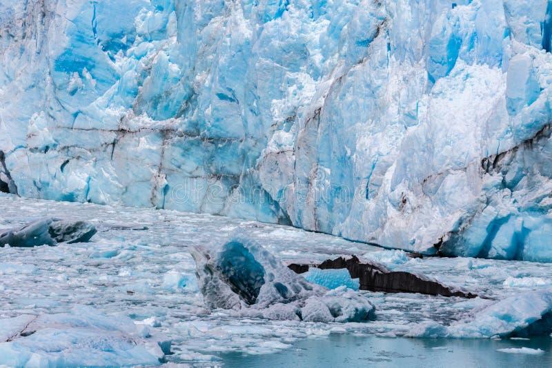 Närbild av en enorm glaciär i Patagonia royaltyfri fotografi