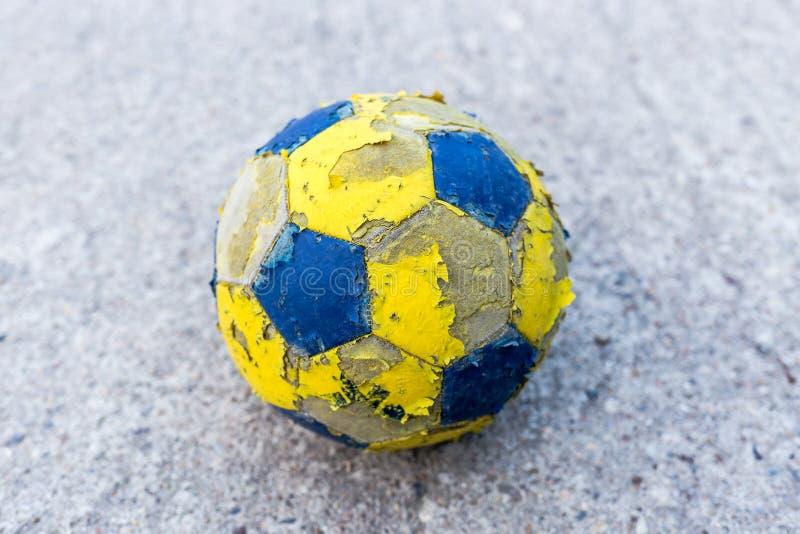 Närbild av en gammal fotbollboll royaltyfria bilder