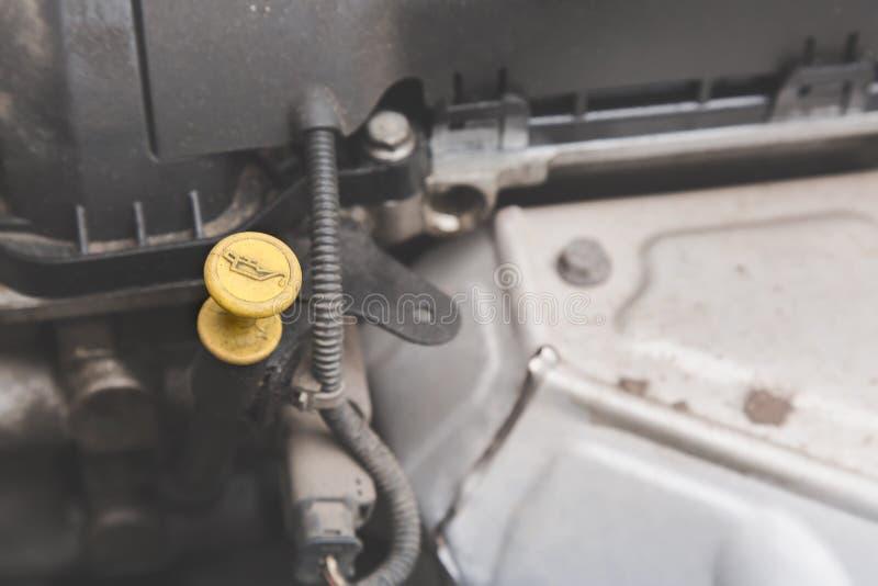 Närbild av en gul oljesticka för motorolja med den selektiva fokusen arkivbilder